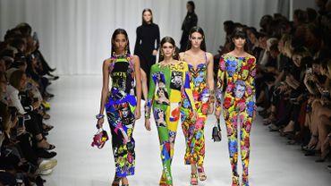 La maison Versace joue la carte de la combinaison d'inspiration arty. Collection printemps-été 2018. Milan, le 22 septembre 2017.