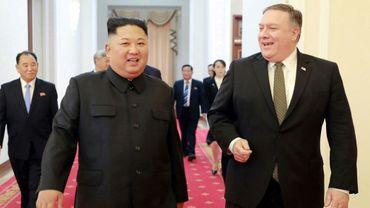 Le secrétaire d'Etat américain Mike Pompeo et le dirigeant nord-coréen Kim Jong Un à Pyongyang, sur une photo prise le 7 octobre 2018 et fournie par l'agence officielle nord-coréenne KCNA
