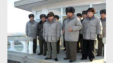 Photo non datée de Kim Jong-Il (G) et son fils Kim Jong-Un (D), diffusée le 14 décembre 2011 par l'agence officielle nord-coréenne