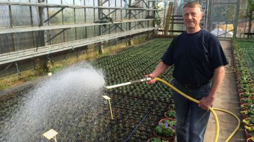Jean-Marie Houlmont, horticulteur à Dommartin, assure lui-même l'arrosage de ses plantes et de ses fleurs. Il ne veut pas voir ses clients avant le 15 mai. Une question de crédibilité. Planter avant cette date, c'est prendre des risques à cause du gel.