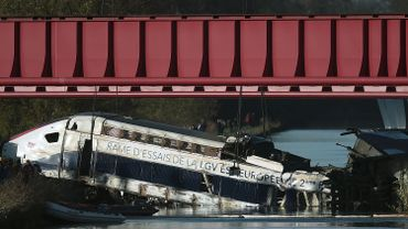 """D'après les premiers éléments de l'enquête, la motrice a """"percuté"""" le pont et """"le train a ensuite déraillé avant de basculer sur le tallus de la ligne ferroviaire""""."""