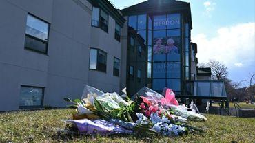 Des fleurs ont été déposées en hommage aux 31 personnes décédées au centre Herron, le 16 avril près de Montréal, Canada