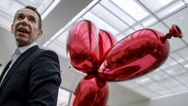 "L'artiste américain Jeff Koons devant sa sculpture ""Balloon Dog"""