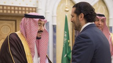 Photo fournie par le Palais royal saoudien du roi Salman (g) accueillant l'ex-Premier ministre libanais Saad Hariri, le 6 novembre 2017 à Ryad.