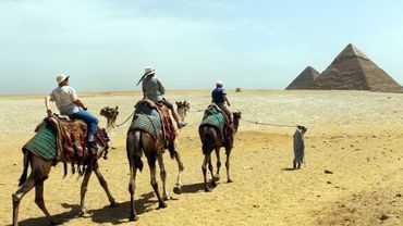 Illustration : des touristes à proximité des pyramides du Caire