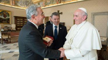 Le président colombien Juan Manuel Santos (c) et l'ancien président Alvaro Uribe (g) reçus par le Pape François au Vatican le 16 janvier 2016 sur une photo fournie par le service de presse du Vatican