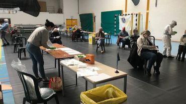 50 volontaires ont donné leurs échantillons de sueurs dans le hall omnisports de Soignies