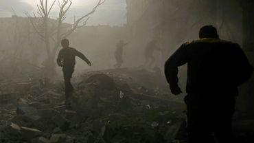 Des habitants d'Arbin, dans la province syrienne de la Ghouta orientale, après un raid aérien, le 8 février 2018