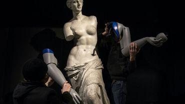 Des prothèses de bras sont retirées d'une réplique de la Vénus de Milo à l'issue d'une opération de l'ONG Handicap International dans la station de métro Louvre-Rivoli, le 6 mars 2018 à Paris