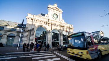 Une dame porte des coups de couteau à son conjoint devant la gare de Namur