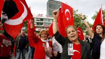 Manifestants turcs en Allemagne en faveurs des intellectuels malmenés en Turquie.