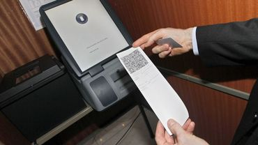 Une fois votre choix encodé sur la tablette tactile, vous recevrez un ticket avec QR code. Celui-ci sera alors à déposer dans l'urne.