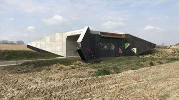 Tel un Ovni au milieu des champs, le pont destiné au projet de contournement de Perwez risque bien d'allonger la liste des Grands Travaux Inutiles
