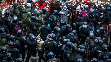 Des policiers dispersent et arrêtent des manifestants de l'opposition, le 15 novembre 2020 à Minsk