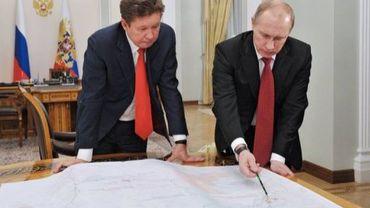 Le président russe Vladimir Poutine regarde une carte avec le PDG de Gazprom Alexei Miller le 29 octobre 2012 près de Moscou
