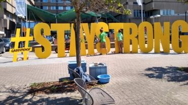 Action de solidarité Greenpeace devant le CHR de Liège