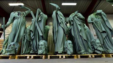 Les 16 statues de cuivre repoussé vert-de-gris datant du XIXe siècle qui ornaient le toit de Notre-Dame sont arrivés la semaine dernière près de Périgueux pour y être restaurés, et avaient été hélitreuillées jeudi dernier.