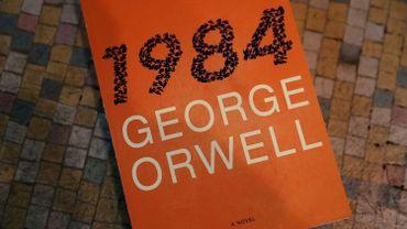 """Un exemplaire du livre de George Orwell """"1984"""""""