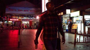 """Cette photo prise le 2 mars 2018 montre des personnes marchant dans le quartier de la """"Petite Afrique"""" à Guangzhou, la capitale de la province du Guangdong, dans le sud de la Chine. Les Africains de la plus grande ville du sud de la Chine disent qu'ils sont devenus des cibles de suspicion et qu'ils sont soumis à des expulsions forcées, à des quarantaines arbitraires et à des tests massifs de dépistage du coronavirus alors que le pays intensifie sa lutte contre les infections importées."""