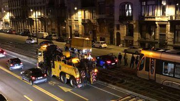 Jour après jour, des voitures finissent mystérieusement sur les voies du tram