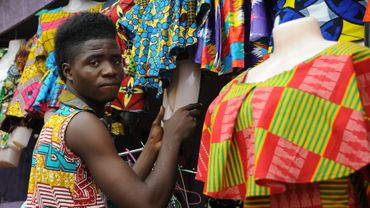 Un costume ample en coton coûte 60 à 80 dollars (50 à 70 euros environ) et une chemise imprimée 35 dollars (environ 30 euros).