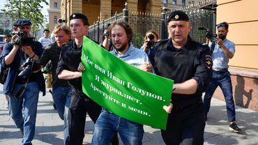 La police interpelle le 7 juin 2019 à Moscou un homme protestant contre l'arrestation du journaliste Ivan Golounov.
