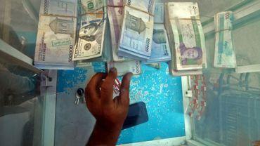 Photo montrant des dollars américains et des riyals iraniens dans un bureau de changes de Bassora, dans le sud de l'Irak, le 6 novembre 2016