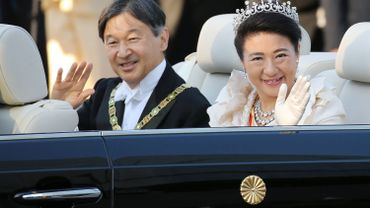 Le premier défilé de Naruhito et Masako, le couple impérial japonais, attire la foule