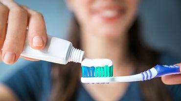 Le brossage des dents trois fois ou plus par jour a été associé à des risques de fibrillation auriculaire et d'insuffisance cardiaque respectivement réduits de 10% et de 12 %.