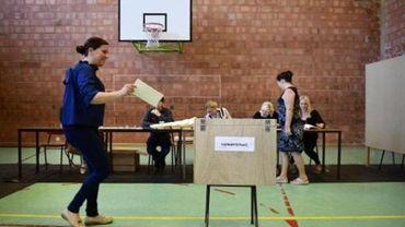 Scène de vote dans une salle de gym
