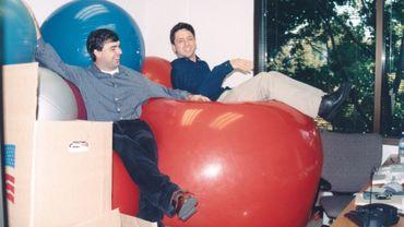 Larry Page et Sergey Brin posent ici après une fête donnée dans les locaux de Google à Palo Alto (États-Unis) en 1999.