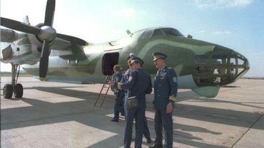 membres d'équipage d'un avion roumain de reconnaissance qui s'apprête à voler au-dessus du Benelux et de l'Allemagne, 22 mars 1995