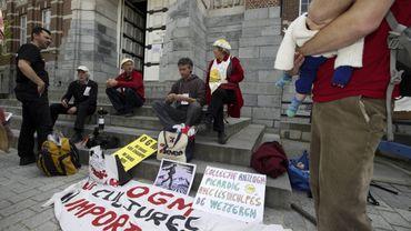 Plusieurs militants anti-OGM s'étaient déjà rasemblés devant le tribunal à Termonde lors du premier procès en Mai 2013