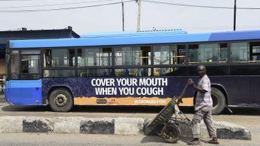 """""""Couvrez votre bouche quand vous toussez"""": un message de sensibilisation sur un bus de Lagos, au Nigéria, l'état le plus peuplé d'Afrique."""