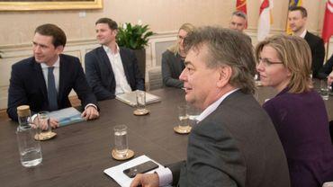 Le chef du parti conservateur ÖVP, Sebastian Kurz (G) et le patron des Verts autrichiens, Werner Kogler (D), le 1er janvier 2020 à Vienne