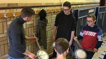 """Les élèves apprennent sur des """"pads"""" avant de passer au vrai tambour"""
