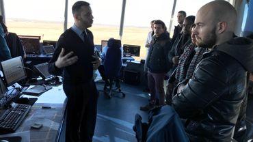 """Le Jobday de la Force aérienne a attiré ce jeudi quelque 100 visiteurs intéressés par le métier de contrôleur aérien militaire. Ici, la tour de contrôle de la base de Beauvechain, un des 4 sites de cette """"journée emploi""""."""