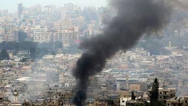 De la fumée sur le camp d'Ain al-Hilweh, le plus grand camp de réfugiés palestiniens du Liban, près de la ville côtière libanaise de Sidon, lors d'affrontements entre factions palestiniennes et un groupe islamiste extrémiste, le 8 avril 2017