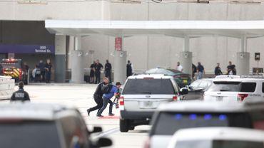 rmé d'un pistolet semi-automatique de calibre 9 mm, récupéré dans sa valise qui avait voyagé en soute, l'homme avait tiré sur la foule dans la zone de remise des bagages