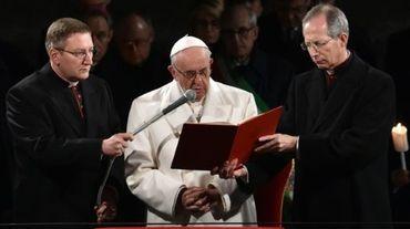 Le pape François (c) au Colisée à Rome à l'occasion du Vendredi Saint, le 25 mars 2016