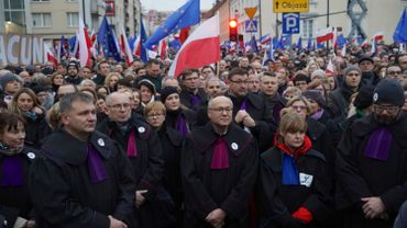 """Varsovie: une marche des """"1000 toges""""contre """"la loi muselière"""""""