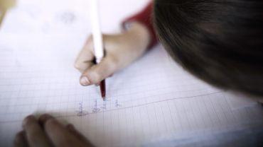 Faut-il apprendre à écrire plus tôt à l'école?