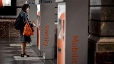 De faux billets dans les gares belges contre les coupes budgétaires du rail