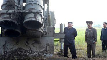 """Une photo publiée par l'agence officielle nord-coréenne KCNA montre Kim Jong Un inspectant un """"lanceur de missiles multiples de très grande dimension"""" le 10 septembre 2019"""
