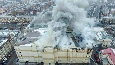 L'incendie qui a ravagé un centre commercial a fait 64 morts, dont 41 enfants.
