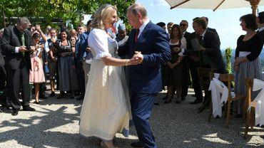 Le président russe Vladimir Poutine danse avec la ministre autrichienne des Affaires étrangères Karin Kneissl lors de son mariage à Gamlitz dans le sud-est de l'Autriche