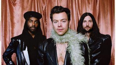Le boa, cet accessoire rétro que le monde s'arrache depuis les Grammy Awards.