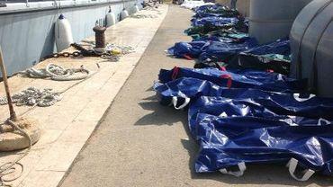 Photo fournie par l'agence de santé de Palerme montrant des corps de migrants alignés le 3 octobre 2013 sur un quai du port de Lampedusa