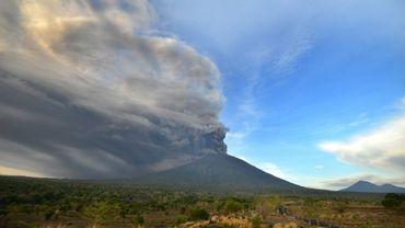 Le volcan Agung, situé sur l'île de Bali, émet des cendres et des fumées, faisant craindre son éruption imminente, le 26 novembre 2017