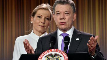 Le président colombien Juan Manuel Santos et son épouse Maria Clemencia Rodriguez, lors d'une déclaration après avoir remporté le prix Nobel de la Paix, le 7 octobre 2016 à Bogota